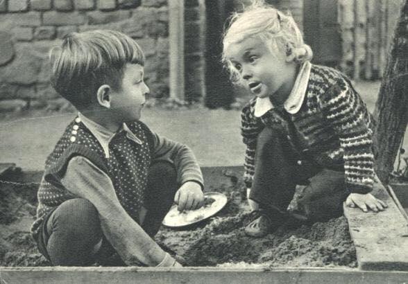 Чему дети учатся в песочнице